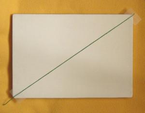 Une première diagonale (marquée ici par un fil de couleur) sur un support quelconque.
