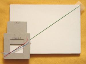 En faisant glisser la partie coulissant du viseur (ici vers le haut), on obtient un nouveau cadrage qui fait correspondre la nouvelle diagonale (repérée en rouge) de la fenêtre avec celle support (en vert).