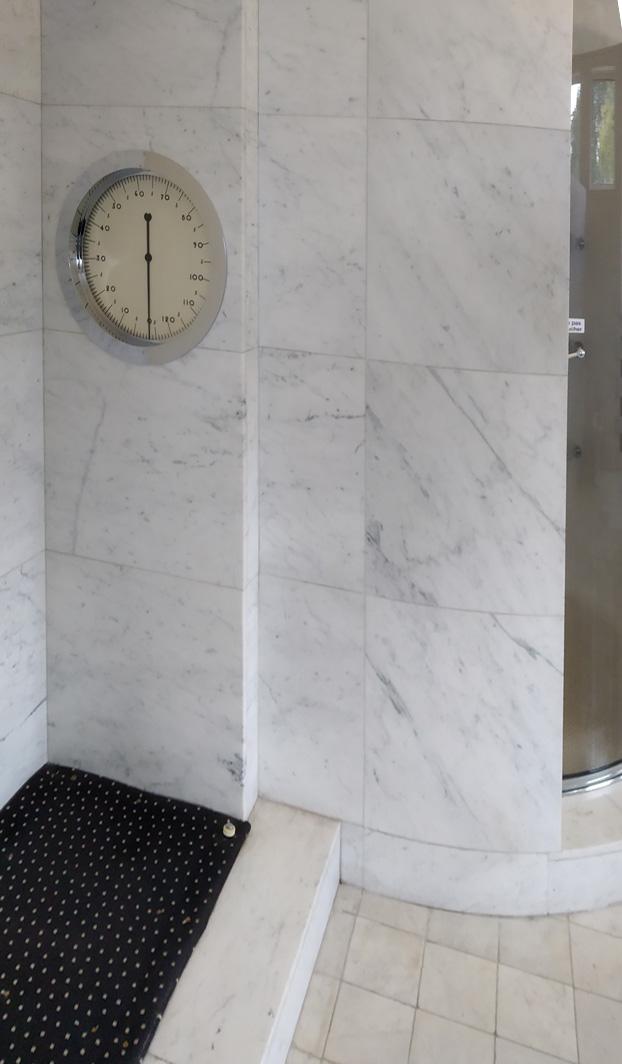 Salle de bain douche, pèse-personne